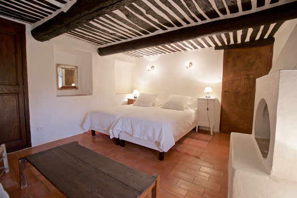 bedroom typical provencal ceiling